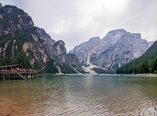 Braies, Itália: озеро и пункт проката лодок