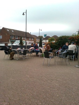 Albury, UK: Part of the outdoor seating area