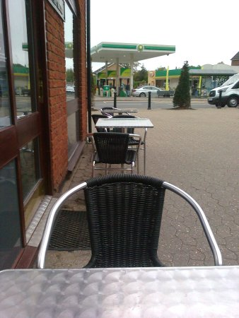 Albury, UK: Outdoor seats/tables along the side wall of the building