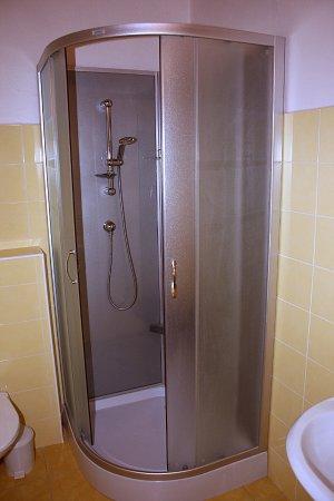 Roznava, Eslovaquia: Sprcha v kúpeľni na prízemí