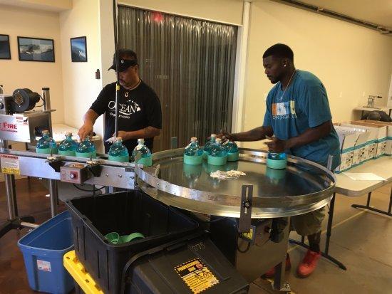 Kula, Χαβάη: Ocean Vodka bottles getting boxed up