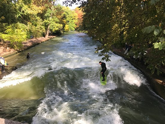 Jardín inglés: There was someone surfing in the river. Very fun!