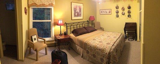 Weathertop Mountain Inn: Room #10, Norman Rockwell Room
