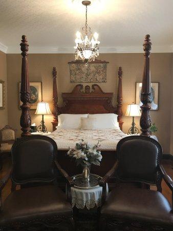 Abigail's Grape Leaf Bed & Breakfast, LLC: Schiller Parlor