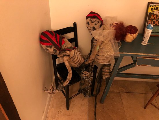 CourtHouse Grille: Halloween decorations in the Men's Bathroom