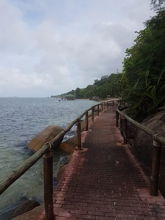 Coco de Mer - Black Parrot Suites: Walkway leading to s slightly larger beach strip