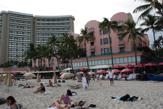 The Royal Hawaiian, a Luxury Collection Resort: Hotel vom Strand aus