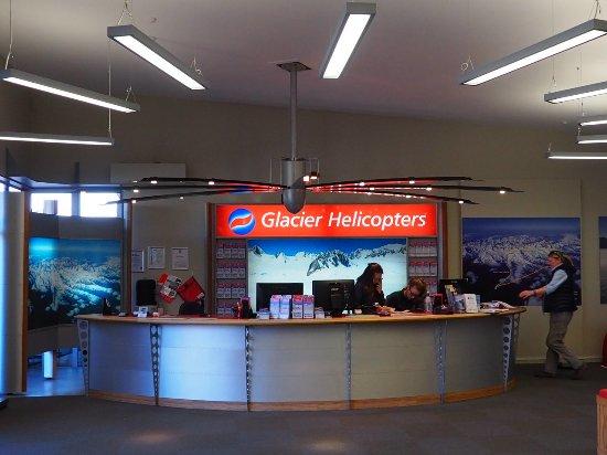 Fox Glacier, Nueva Zelanda: The office in the main square of FJ
