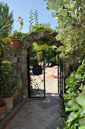 Izela Restaurant: Entrance to pool