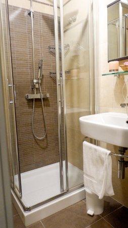 Hotel Garibaldi: Clean bathroom