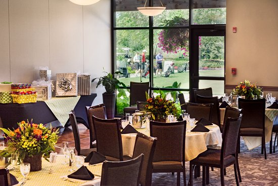 Glen Ellyn, IL: Banquet room for up to 150 guests has golf course views