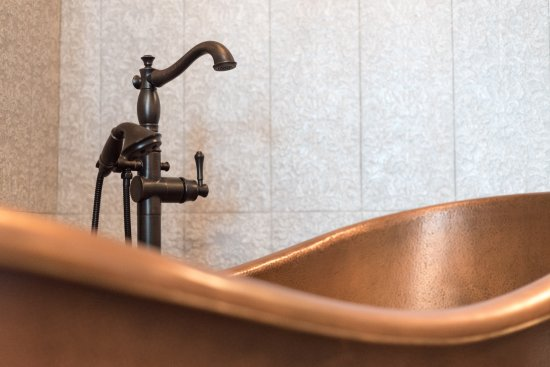 Bayfront Westcott House Bed & Breakfast: Pure luxury in this double-slip copper soaking tub in Victoria's Room.