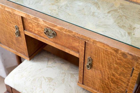 Bayfront Westcott House Bed & Breakfast: 1950s tiger oak bench and vanity set in Caroline's room.