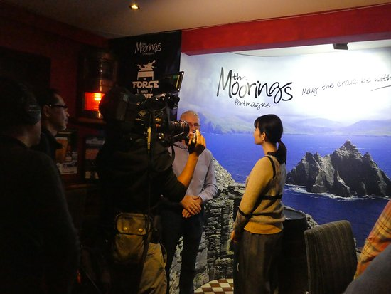 Portmagee, Ireland: Just another TV interview in the Bridge Bar. Local customers are used to it.