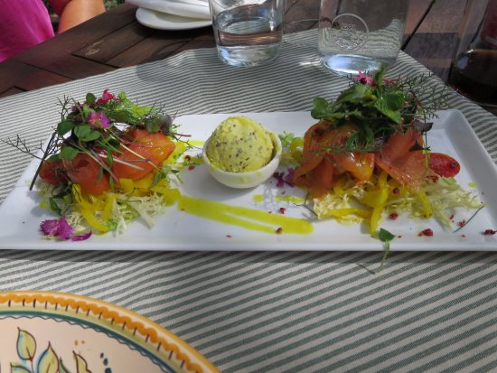 Bunyola, Spanien: Smoked salmon with fennel salad and honey mustard ice-cream