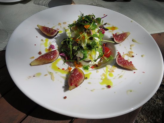 Bunyola, Spanien: Goat cheese with beetroot, rocket salad, fresh figs