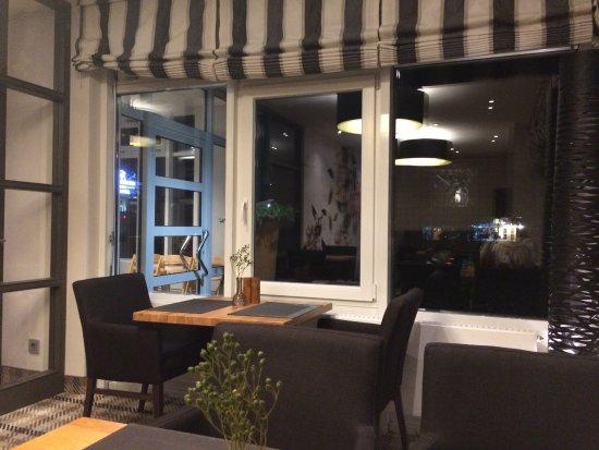 Upstalsboom Parkhotel: Eingangstür und Blick nach draußen vom Tisch aus