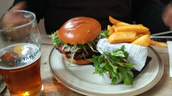 Tring, UK: Delicious burger with those tempting chips