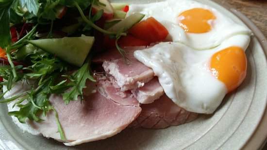 Tring, UK: Perfect home-cooked ham with eggs and salad (My choice)