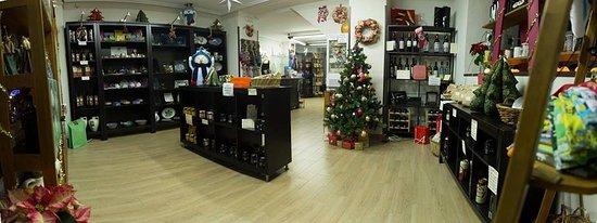 Alhama de Granada, Spain: Nuestra tienda es muy coqueta y acogedora con productos de la zona.