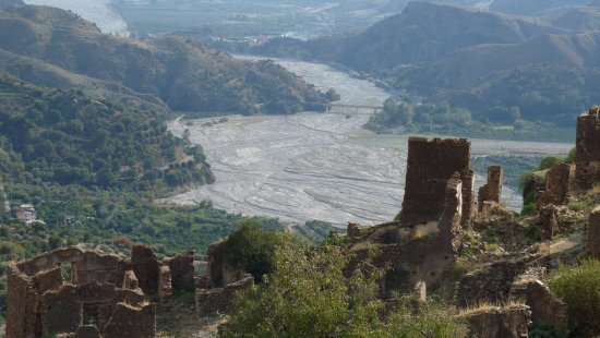 Condofuri, Italia: Blick über Amendolea Vecchia zur Fiumara Amendoela