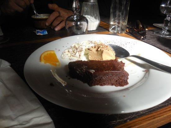 Lamastre, ฝรั่งเศส: Un pavé moelleux au chocolat avec une glace au caramel beurre salé