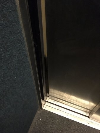 Bourne Hall Hotel: Lift door would not shut! Health & Safety issue!