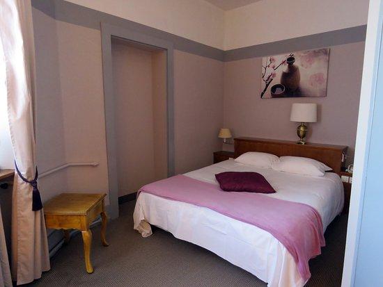 Lons-le-Saunier, France : chambre double confort