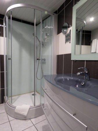 Lons-le-Saunier, France : salle de bain chambre double confort