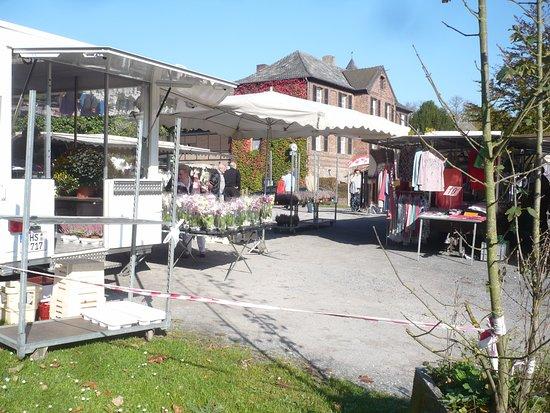Bruggen, Tyskland: Sonntags-Markt in der Nähe der Burg.