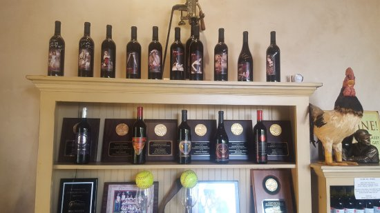 Healdsburg, Californie : Nice display of great red blends and awards