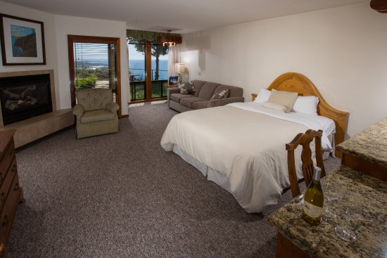Ragged Point Inn: This is a deluxe ground room.  This particular room has a queen sized bed and sofa sleeper