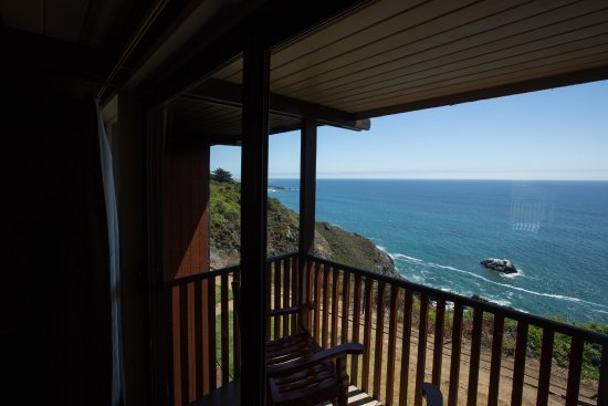 Ragged Point Inn: This is a cliffside upper room