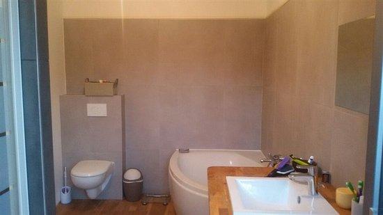Theix, France: salles de bains suite familiale