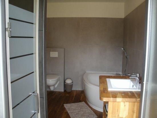 Theix, France: salle de bains suite familiale