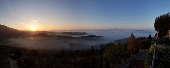 Castelmuzio, Italië: This is the view from the Casa Moricciani garden.