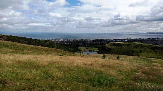 Vista de Edimburgo a meio caminho para o Arthur's Seat.