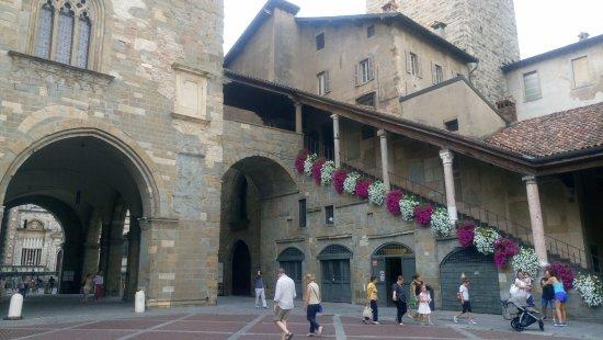 Piazza Vecchia : Plaza de postal
