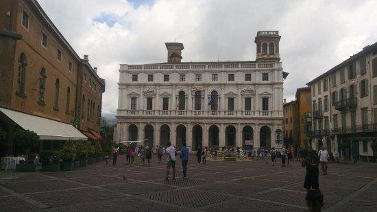 Piazza Vecchia : Preciosidad de plaza