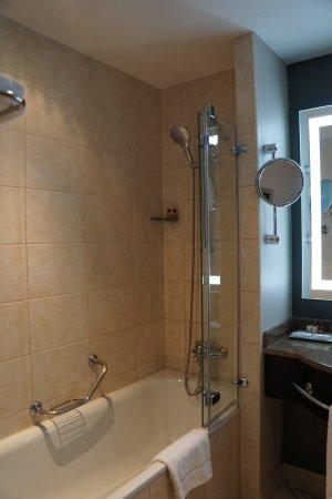 Sheraton Grand Krakow: Bathroom tib/shower