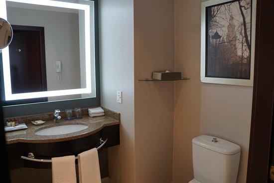 Sheraton Grand Krakow: Bathroom vanity
