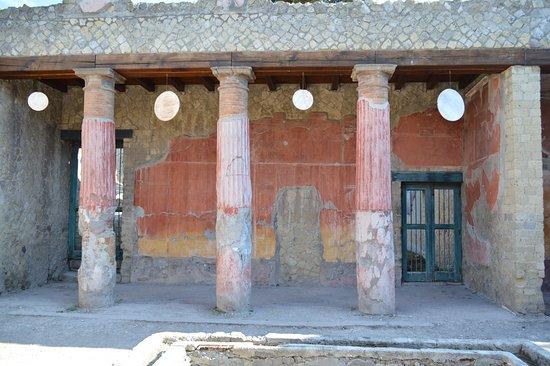 Ercolano, Italië: Atrium, oscilla pendus entre les colonnes...
