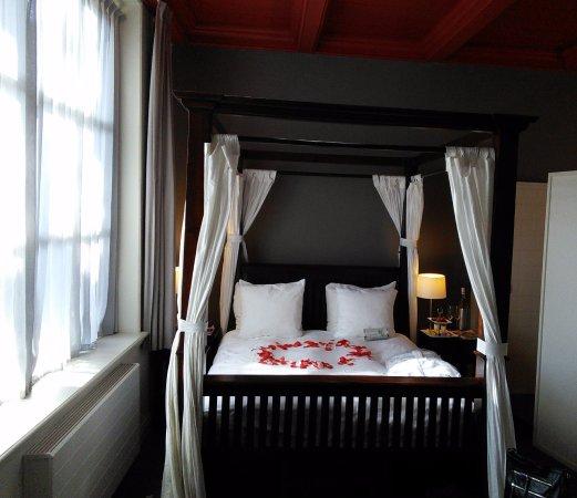 le lit baldaquin avec ambiance romantique photo de hotel het raedthuys sint. Black Bedroom Furniture Sets. Home Design Ideas