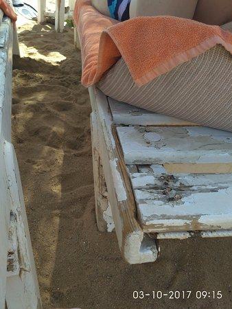 Лежаки на пляже..