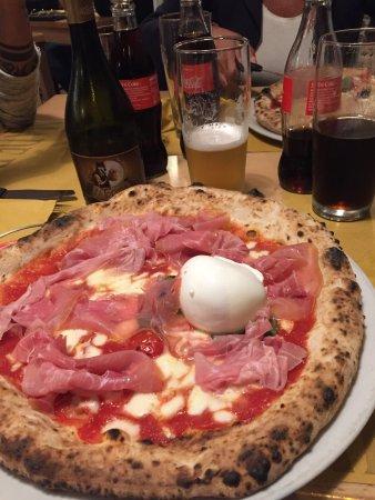 Cassano Magnago, Italië: Pizza vulcano.