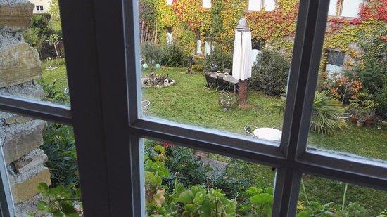 Leran, França: zicht op de binnentuin vanuit onze kamer