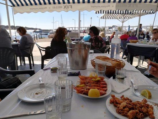 Glyfada, Hellas: Vista de la terraza y el puerto. Gambas y calamares