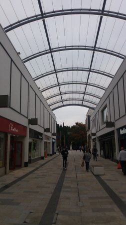 Bracknell, UK: Arched Glass Roof of Braccan Walk at the Lexicon.