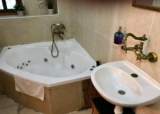 Mazkeret Batya, Israel: Rm. 2 Jacuzzi and sink. Shower is hard to get to; faucets are not labeled hot and cold.