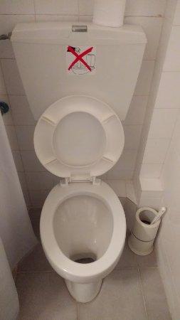 In Het Toilet.Geen Papier In Het Toilet Gooien Picture Of Hotel Zafiria